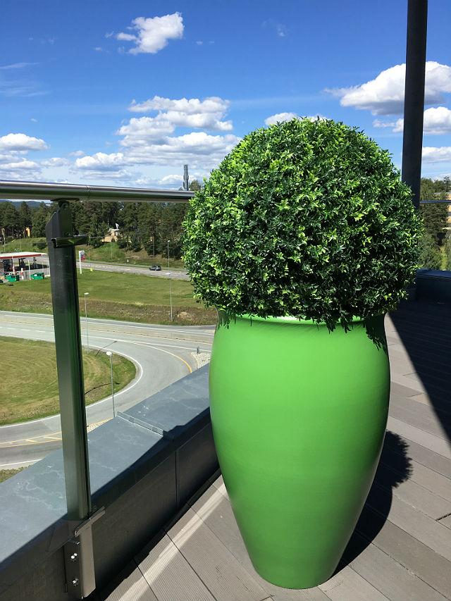 Uteplanter og potter på AKA AS i Hønefoss. Oppdragsgiver: Creative Design.